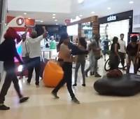 Grupo de estudiantes que ingresó al centro comercial. // Captura de video
