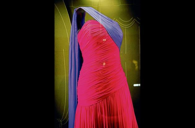 vestido de seda fucsia y púrpura de gasa estilo sari usado por la Princesa Diana